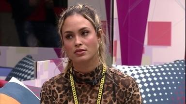 Sarah diz que se arrepende de promessa feita a Karol Conká no BBB21: 'Morri pela língua' - Sarah conversa com brothers após a formação do Quarto Paredão do BBB21