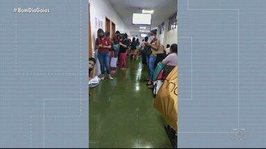 Pacientes aguardam atendimento com aglomeração no Hospital Araújo Jorge - Um paciente filmou a situação na segunda-feira (22).