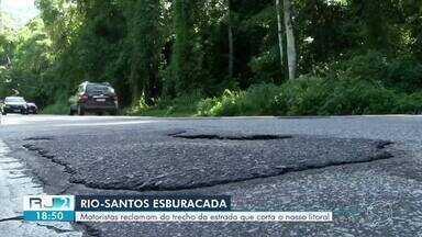 Motoristas reclamam de buracos em trechos da Rio-Santos em Angra e Paraty - Placas encobertas pelo mato também estão entre os problema relatados por quem precisa passar pela rodovia.
