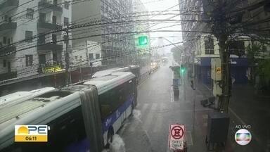 Avenida Conde da Boa Vista começa o dia com pontos de alagamento - Rua foi tomada pela água, mas era possível ônibus passarem.