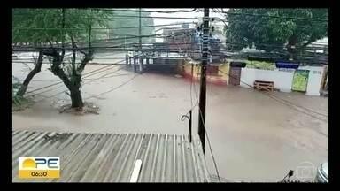 Chuva forte alaga ruas e avenidas na Região Metropolitana do Recife - Avenidas Norte, Sul e Agamenon Magalhães foram tomadas pela água na capital.