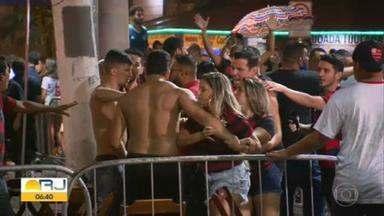 Rubro-negros comemoram bicampeonato aglomerados, sem máscara e com brigas - Time conquistou o título de campeão brasileiro 2020 na noite de quinta-feira (25). Bares do Rio ficaram lotados de torcedores que não usavam proteção.