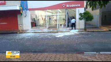 Agência bancária é atacada no interior de São Paulo - Bandidos explodiram caixas eletrônicos em Pitangueiras, perto de Ribeirão Preto.