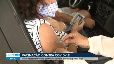 Idosos receberam vacina dentro dos carros e em vários pontos fixos, em Campina Grande - Para os idosos que estavam ansiosos por esse momento, receber a vacina é sinônimo de esperança em dias melhores.