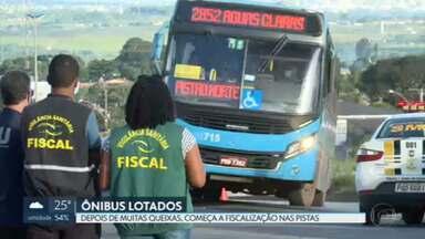 Ônibus lotados estão na mira da Vigilância Sanitária e da PM de Goiás - Os fiscais da Vigilância Sanitária e os agentes do Detran e da PM multaram 50 ônibus que circulavam lotados no início da noite.