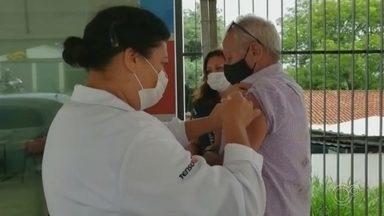 Capela do Alto e São Roque vacinam grupos prioritários nesta sexta-feira - Em Capela do Alto e São Roque (SP), mais uma etapa da vacinação foi concluída. Em São Roque, foi aplicada a segunda dose da vacina CoronaVac em idosos acima de 85 anos e profissionais de saúde. Já em Capela do Alto, nesta sexta-feira (5) foram vacinados idosos com idade entre 77 e 79 anos em sistema drive-thru.