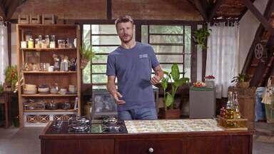 Forno e Escondidinho de churrasco - Rodrigo encaixa o forno em um móvel da cozinha e aproveita a sobra do churrasco para preparar Escondidinho de churrasco com pangrattato de pão de alho e queijo coalho e Rocambole de banana assada.