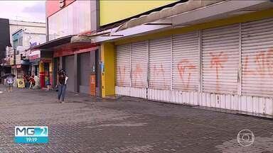 Cidades da Grande BH seguem protocolos diferentes de enfrentamento à Covid - Esse descompasso entre municípios vizinhos agrava a situação da pandemia.