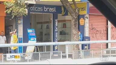 Várias lojas continuam abertas mesmo com decreto que proíbe funcionamento - Ótica no Centro de Goiânia diz que tinha autorização para funcionar.