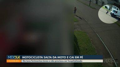 Motorista salta de moto e cai em pé - Ele teve ferimentos leves e não precisou ser hospitalizado.