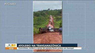 Caminhões, ônibus e carros de passeio ficam presos em lamaçal na rodovia Transamazônica - Caminhões, ônibus e carros de passeio ficam presos em lamaçal na rodovia Transamazônica