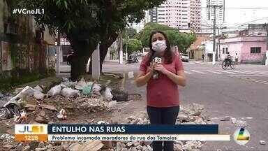 Entulho deixado na rua dos Tamoios incomoda moradores - Entulho deixado na rua dos Tamoios incomoda moradores