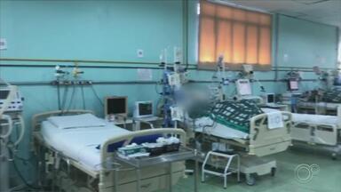 Pacientes esperam por leitos de Covid-19 em Sorocaba - A situação de espera de leitos tem ocorrido também na rede particular de hospitais de Sorocaba (SP). Quando não há leitos disponíveis na cidade, o paciente é transferido para outro município.