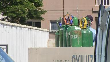 Unidades de Saúde de Cabreúva estão com oxigênio na reserva de emergência - A empresa que fornece oxigênio para as Unidades de Saúde de Cabreúva (SP) teve que duplicar a demanda. Na manhã desta sexta-feira (12), funcionários e pacientes da UPA se assustaram quando viram que o oxigênio já estava na reserva de emergência.