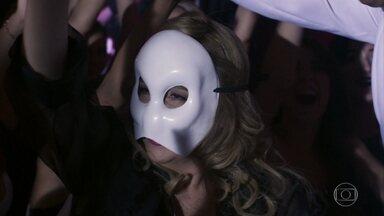 Fedora observa o sujeito fantasiado de Batman no clube das mulheres - Lucrécia aproveita para passa a mão e Agilson