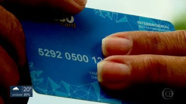 Bandidos usam a internet pra aplicar golpe em desempregados - Os golpistas anunciam falsas vagas de emprego e pedem para o interessado comprar um cartão pré-pago, por onde ele receberia o salário. Os bandidos pedem fotos do cartão para supostamente cadastrar os dados na empresa contratante. E, com os dados, eles roubam o crédito que vem no cartão.