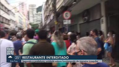 Aglomeração é registrada durante interdição de restaurante em Juiz de Fora - De acordo com a Prefeitura, local funcionava de maneira irregular com entrega na porta do estabelecimento.