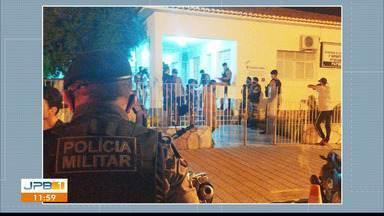 PM prende 13 pessoas por descumprirem decreto estadual, em Pombal, na PB - Um dono de uma lanchonete foi preso porque estava com o estabelecimento funcionando após 21h30.