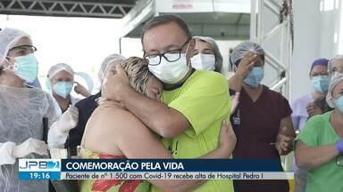 Paciente de nº 1.500 com Covid-19 recebe alta de Hospital Pedro I, em Campina Grande - Ele passou 15 dias internado e chegou a ser entubado.