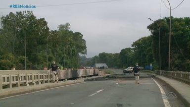 Trecho da BR-386 segue bloqueado após acidente com caminhão em Estrela - Ponte deve ser liberada em 10 dias. Acidente aconteceu no sábado (13), quando um veículo carregado com óleo diesel pegou fogo. Motorista morreu.
