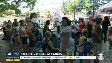 Duque de Caxias retoma vacinação com filas e aglomeração - O município retoma nesta quinta-feira (18) a vacinação para idosos a partir de 75 anos, mas as filas e as aglomerações continuam.
