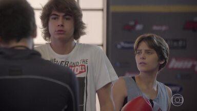 Após insistência de Pedro e Bianca, Gael deixa ele fazer uma aula experimental - O guitarrista fica com medo ao saber que irá treinar com Karina