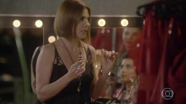 Lucrécia fica indignada com a presença de Cobra no set de gravação do clipe - BB fica assustada e Jade gosta de ver o rapaz. Lucrécia ajuda a filha a se arrumar