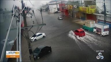 Chuva forte e maré alta causam alagamentos em ruas de Macapá - Rapidamente os principais corredores do Centro comercial ficaram no fundo. Ponto alto da maré do Rio Amazonas aconteceu por volta de 12h.