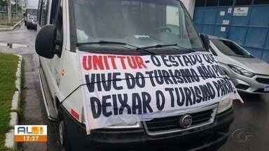 Motoristas de transportes turísticos fazem protesto em Maceió - Eles reivindicam reabertura de restaurantes e pontos de apoio em 50% da capacidade, além da vacinação dos guias turísticos.