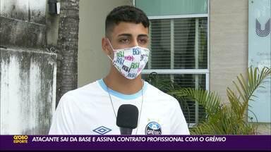 Rhonan, jovem da base do Grêmio, assina contrato profissional com o Tricolor - Jogador tem apenas 16 anos e já acertou o seu primeiro vínculo profissional com o clube gaucho