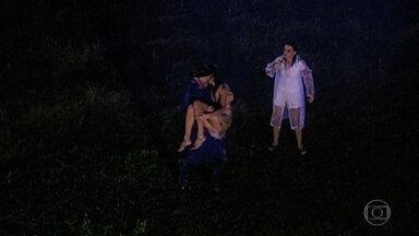 Pedro vê Íris conversando com os pais mortos no meio da chuva e se assusta - Íris desmaia e Pedro e Socorro ajudam a menina