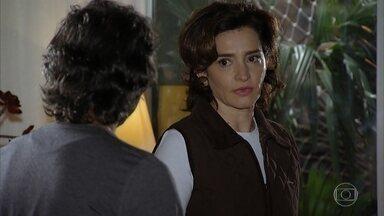 Vitória e Marcos se desentendem - Vitória reclama com os gastos do marido e diz que a situação financeira da família está difícil