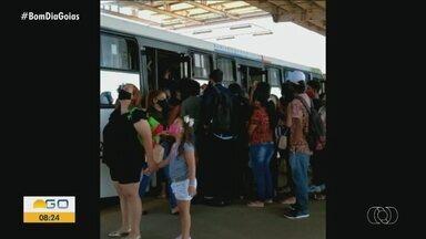 Telespectador registra lotação em fila de embarque no Terminal do Garavelo - Aglomeração de pessoas acontece após o embarque prioritário de passageiros que trabalham nos serviços essenciais.