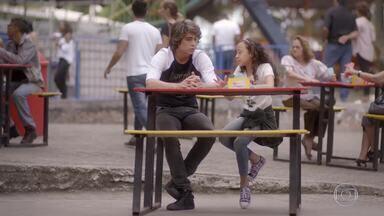Tomtom explica como Pedro vai ficar sozinho com Karina - Ela diz para Pedro falar a letra da música que fez para K