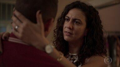 Belizário se assusta ao encontrar Penha em sua casa - Leila finge surpresa com a volta da amiga