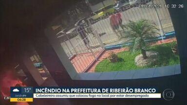 Dono de salão de beleza é preso depois de fazer ataque contra prefeitura de Ribeirão Branco - O homem de 46 anos entrou no local com um galão de combustível e ateou fogo no prédio.