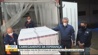 Goiás recebe 266,8 mil doses de vacina contra Covid-19 para serem aplicadas como 2ª dose - Algumas cidades estão com a vacinação suspensa por falta de doses até para a primeira etapa. Governo aguarda novo carregamento de imunizantes para a próxima semana.