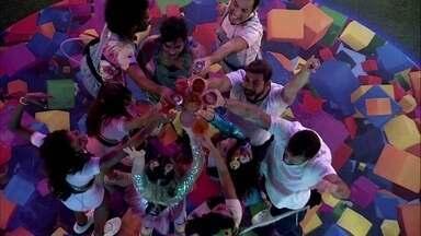 Brothers fazem brinde durante Festa da Líder no BBB21 e comemoram: 'Top 10!' - Os brothers se reunem no meio da pista de dança da Festa da Viih Tube no BBB21. O grupo faz um brinde e celebra o momento