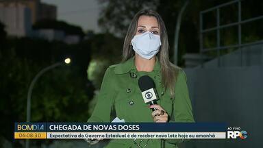 Paraná deve receber mais doses de vacina entre quinta e sexta-feira - Aplicação da primeira dose de imunizante contra o coronavírus está suspensa na maior parte das cidades do Paraná.