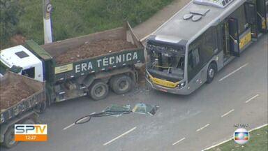 Dois caminhões e um ônibus se envolvem em acidente em Itaquera - 18 pessoas se machucaram, segundo os bombeiros