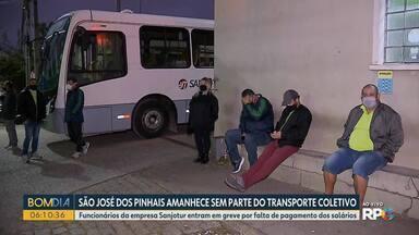 Greve no transporte coletivo de São José dos Pinhais interrompe circulação de linhas - De acordo com o sindicato, paralisação está sendo feita por causa da falta de pagamento integral dos salários. Garagem da Sanjotur foi bloqueada na madrugada desta terça-feira (13).