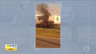 Caminhão pega fogo na BR-262 em Betim - Pessoas que passavam pela rodovia ajudaram o motorista a controlar as chamas.
