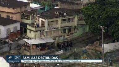 Parentes das vítimas dos confrontos de ontem acusam policiais militares de terem agido com violência - Um vigilante, um marceneiro e mais sete pessoas foram mortas nos confrontos em quatro favelas do Rio, na última terça-feira. Os parentes exigem justiça.