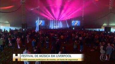 Evento-teste reúne 5 mil pessoas sem máscara e distanciamento em festival de música em Liverpool - Todos os participantes foram obrigados a passar por testes de Covid-19 antes de entrar no local e refazê-lo após evento.