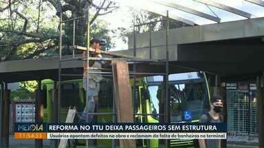 Reforma no terminal de ônibus deixa passageiros sem estrutura - Usuários apontam defeitos na obra e reclamam da falta de banheiros no terminal.