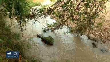 A poluição no rio Melchior preocupa moradores da região - Uma espuma apareceu em alguns trechos do rio e os moradores não sabem o que é.