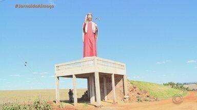 Fiéis constroem monumentos religiosos em cidades do RS - Para pagar promessa, família de Catuípe ergueu imagem de aproximadamente 15 metros do Cristo Peregrino.