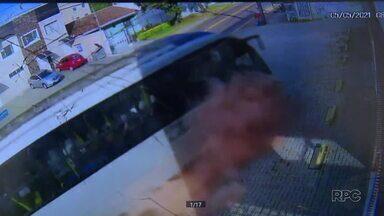 Ônibus bate em carro e invade sobrado em Curitiba - Vinte pessoas estavam no ônibus; passageira de carro ficou gravemente ferida.