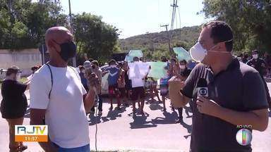 Moradores de área na Reserva do Peró protestam contra empresa de estacionamento no bairro - Empresa diz que é dona do terreno. Moradores também alegam serem donos.