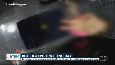 Bebê fica presa em banheiro de apartamento em Goiânia - Corpo de Bombeiro precisou entrar pela janelinha de ventilação do prédio para tirar criança.